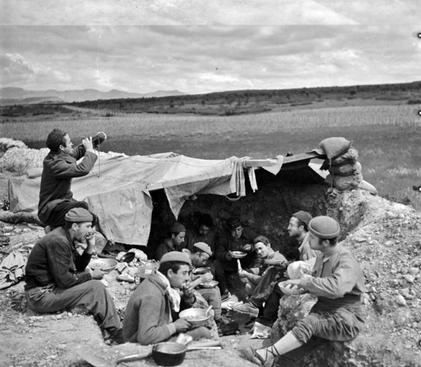 Miliciens-de-la-division-Ascaso-toman-à-Almuerzo-sur-le-front-d'Aragon-en-1937;-photo-de-Margaret-Michaelis